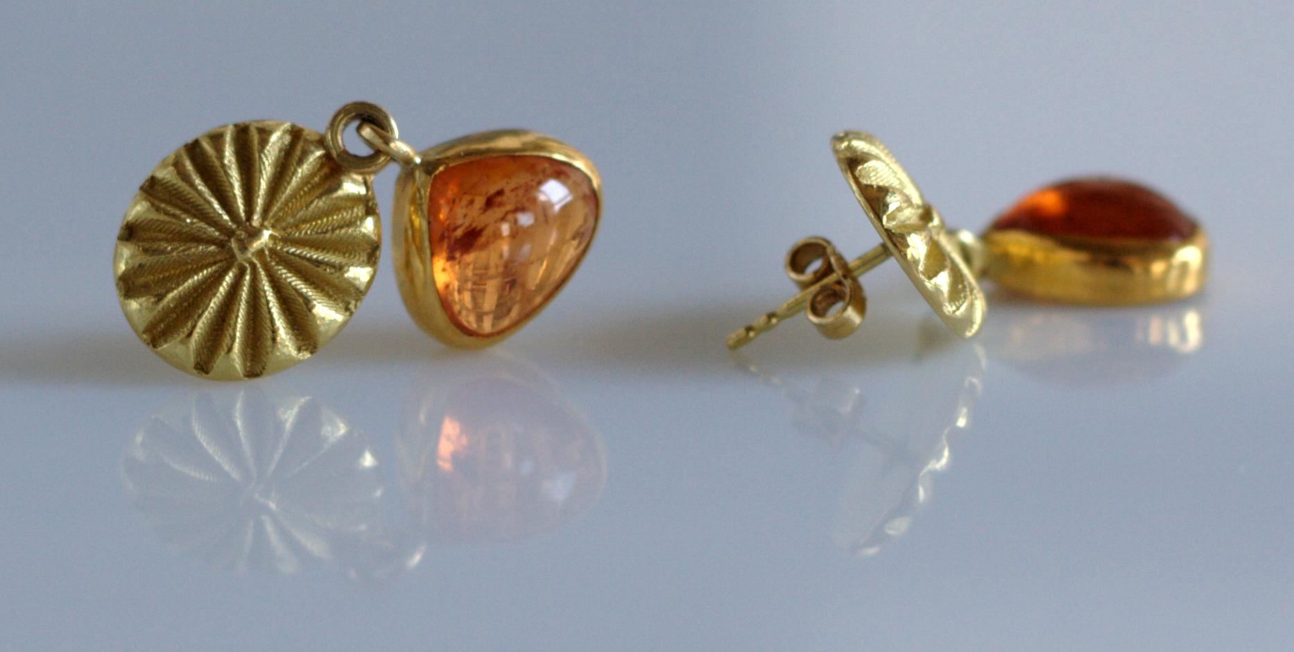 Øreanhæng i guld og mandarin granat, af Friederike Rohse